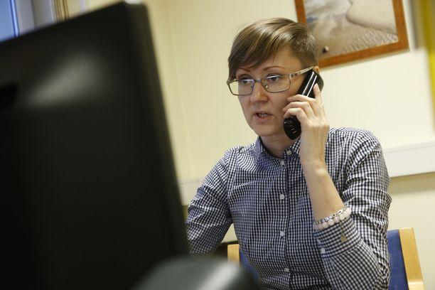 Sirke Blumbergille tulee avunpyyntöjä myös Suomeen lähteneiltä virolaisnaisilta.