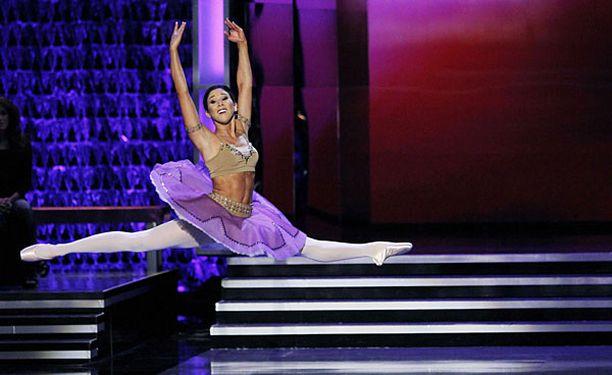Miss Kalifornia ihastutti tuomareita lennokkaalla balettinumerolla.