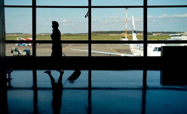 Rikokset tapahtuivat naisen työaikaan Helsinki-Vantaan lentokentällä sijaitsevassa ravintolassa. Kuvituskuva.