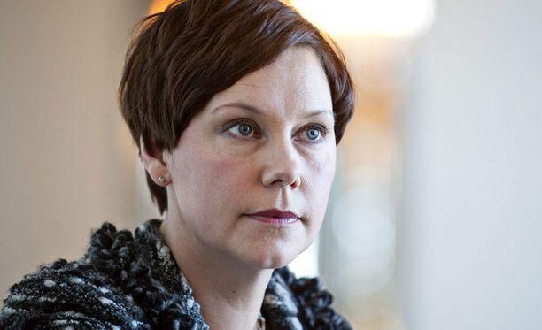 Anne-Mari Virolainen pahoittelee puoluetoverinsa kommentteja.