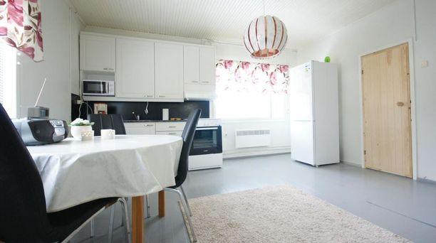 Muhoksen talon keittiössä on vaalea värimaailma.
