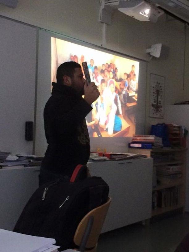 Moataz on kiertänyt jo 1,5 vuoden ajan vapaaehtoisjärjestö Refuhome ry:n kanssa puhumassa koululaisille turvapaikanhakijan elämästä ja lähtötilanteesta Irakista.