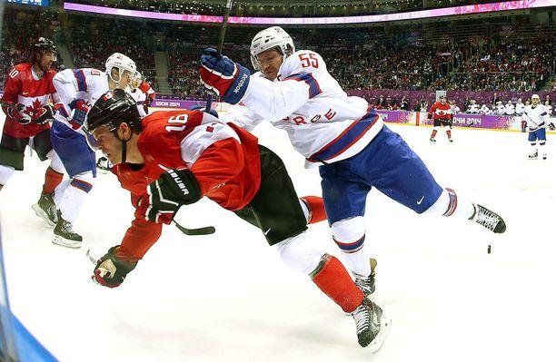 Ole-Kristian Tollefsen oli kovaluinen puolustaja, joka ei päästänyt hyökkääjiä helpolla. Kuvassa Tollefsen ottaa yhteen Kanadan supertähden Jonathan Toewsin kanssa Sotshin olympiaturnauksessa.