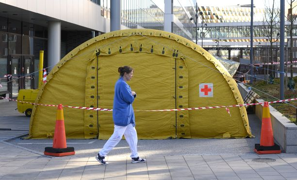Karolinskan yliopistollisen sairaalan edustalle oli pystytetty teltta. Kuva otettu 19. maaliskuuta.