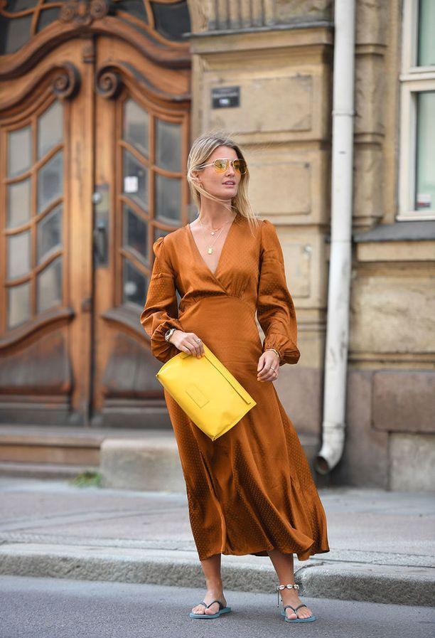 Voisiko mekko enää olla kauniimpi? Huomaa myös varvastossut ja nilkkakoru.