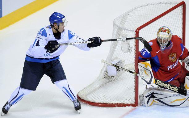 Monen mielestä vuoden 2011 kiekkokulta tiivistyy tähän kuvaan, vaikkei se finaalista olekaan: Mikael Granlund iski lätkän ilmaveivillä Venäjän Konstantin Barulinin taakse välierässä.