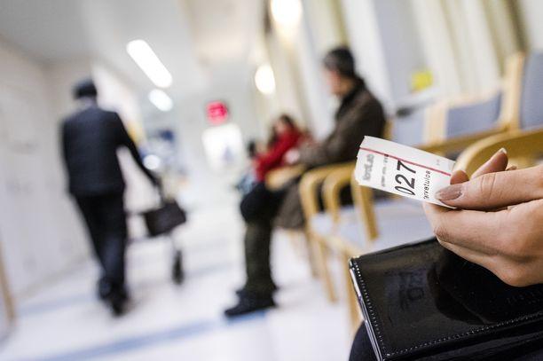 Joillakin alueilla julkisen terveydenhuollon maksut jopa ylittävät laissa määrätyn rajan. Toisilla alueilla terveyspalveluja saattaa saada huomattavasti halvemmalla.