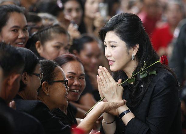 Yingluck Shinawatra tervehti thaimaalaisia ennen kesäkuun oikeudenkäyntiä.