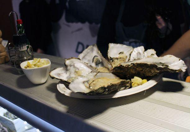 Tuoreet osterit kuuluvat erään meren antimia myyvän kojun valikoimaan.