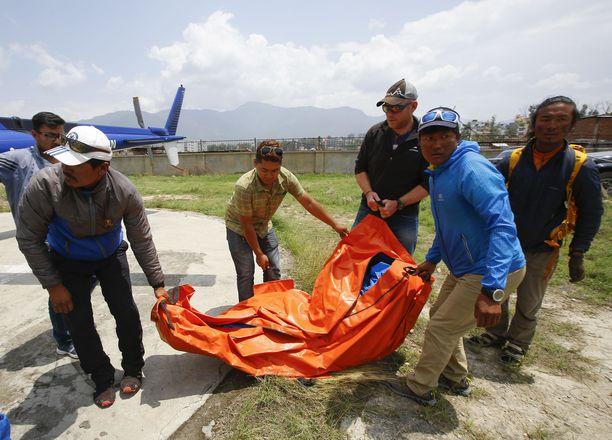 Hollantilaisen kiipeilijän ruumis tuotiin Kathmanduun Nepaliin. Useat kiipeilijät ovat toivoneet, että heidän ruumiinsa jätetään vuorille, jos he saisivat surmansa kiipeillessä.