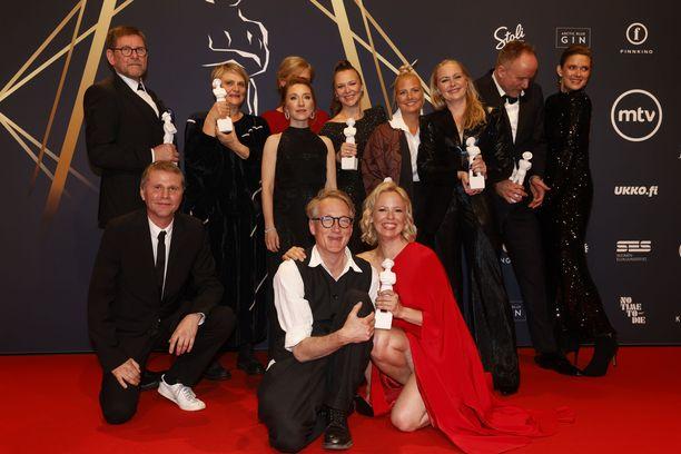 Jussi-gaalan vieraat ja voittajat vietiin kuvattavaksi sponsoriseinän eteen. Stolin ja Arctic Blue Ginin tuotemerkit erottuvat selvästi Tove-elokuvan tekijöiden takana.