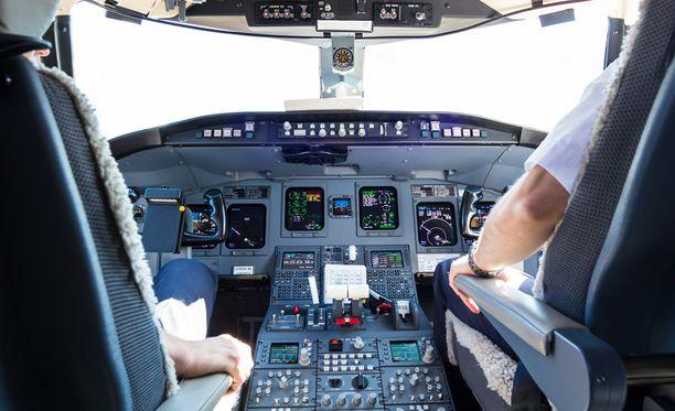 Humalainen mies yritti murtautua lentokoneen ohjaamoon. Kuvituskuva.