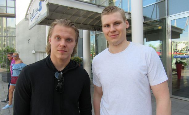 Mikael Granlund ja Ville Pokka olivat reissun jäljiltä nälkäisiä.