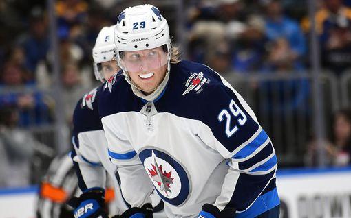 """Patrik Laine harhautti Toronto-puolustuksen totaalisesti ja rikkoi NHL-uransa ennätyksen – """"Hän laukoo sillä tavalla kuin haluan"""""""