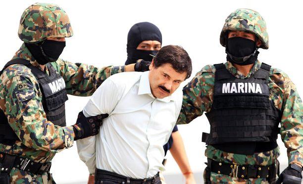 Ensimmäisen kerran El Chapo pakeni vankilasta vuonna 2001. Hänen pakonsa jatkui aina vuoteen 2014. Toinen pako jäi lyhyemmäksi.