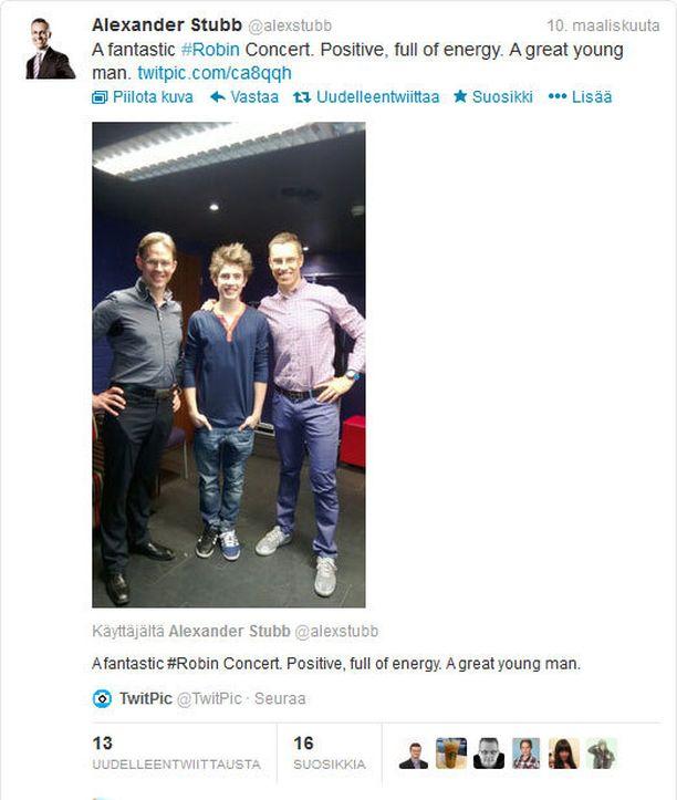 KAVERIKUVA Stubb lähetti Twitteriin sunnuntaina kuvan, jossa hän poseeraa pääministerin ja Robinin kanssa.