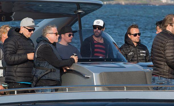 Tulevaan baariinsa Kimi pääsee kätevästi veneellä.