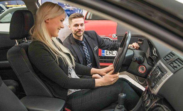 """Wetterin asiakkailla on mahdollista hankkia vaihtoauto uudenlaisella tavalla. Rovaniemen Wetterin myyntipäällikkö Miika Hämäläinen avaa tilannetta: """"Asiakkaalta ostetaan vaihtoauto erillisenä ostona, jolloin hän voi käyttää osan summasta käsirahana tulevaan autoon ja loput hän voi käyttää elämän muihin tarkoituksiin, kuten huonekaluihin ja matkoihin."""""""