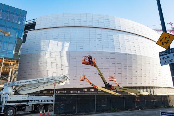Tässä kuvassa vielä tekeillä ollut Chase Center on nyt valmistunut. San Franciscossa sijaitsevan monitoimiareenan kokonaishinta sen vieressä sijaitseva puisto mukaan laskettuna on kohonnut yli miljardiin dollariin.