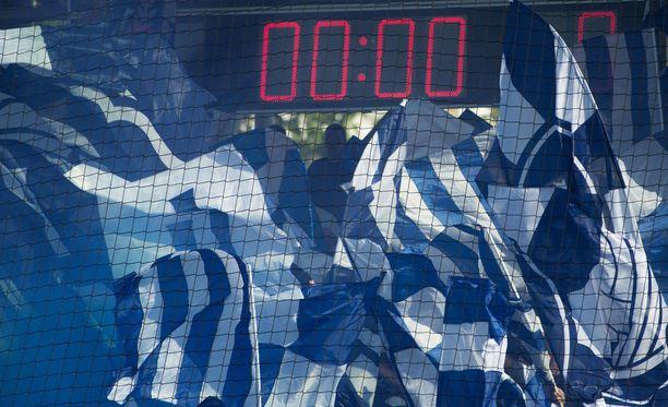 HJK:n kannattajat välittivät lakanalla tukensa Turun uhreille.