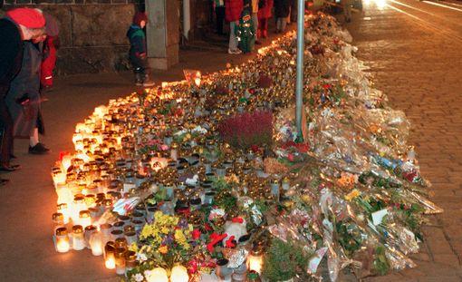 Murhapaikalle kertyi nopeasti valtava kukka- ja kynttilämeri, mikä oli siihen aikaan vielä melko uusi ilmiö Suomessa.