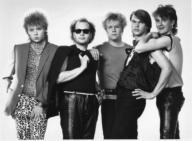 Yö-yhtyeen kokoonpano vuonna 1984. Lindholm kuvassa keskellä.