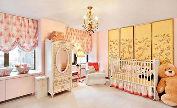 Toinen lastenhuoneista on sisustettu tyttömäisillä väreillä, toista vallitsevat sinisen sävyt.