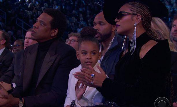 Grammy-gaalassa Blu Ivy ihastutti valkoisessa puvussa ja hillitsemällä vanhempiensa taputtamista.