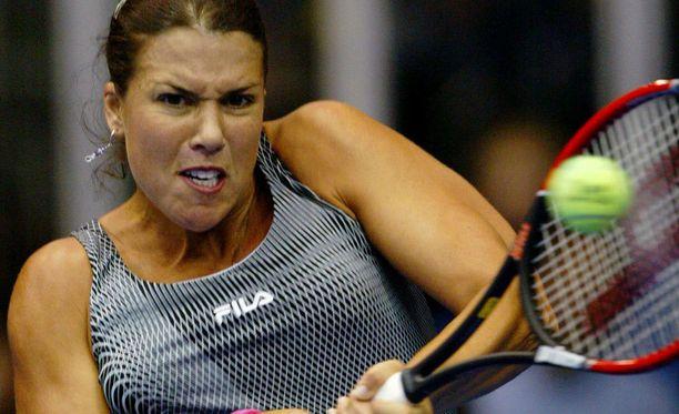 Kolminkertainen Grand Slam -voittaja Jennifer Capriati lopetti tennisuransa vuonna 2004.