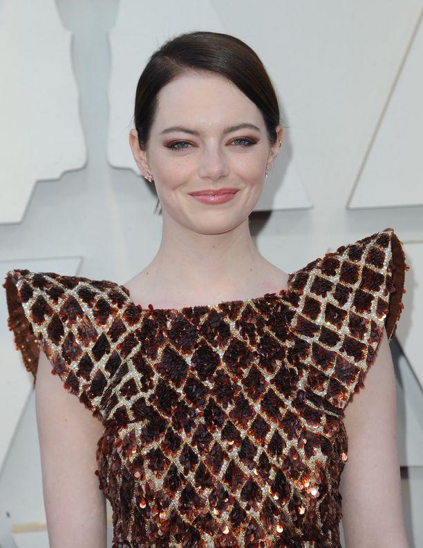 Myös punapää Emma Stone säväytti Oscar-gaalassa tummemmassa lookissa.