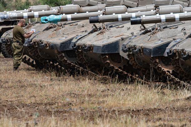 Israelin armeijan panssarivaunuja kuvattiin Golanin kukkuloilla eilen.