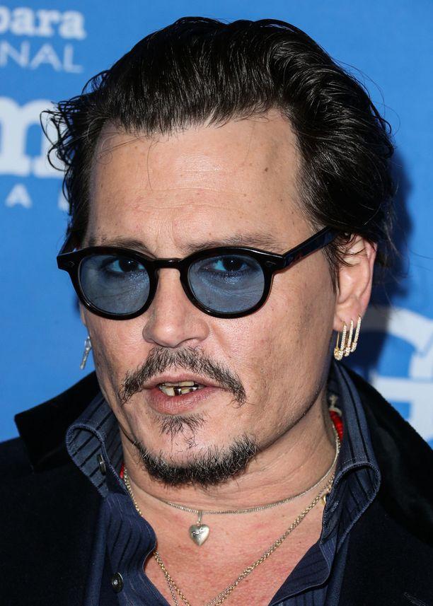 Santa Barbara International Film Festival -tapahtumassa Johnny Depp esiintyi hänelle tunnusmerkiksi muodostuneissa sinertävissä silmälaseissaan.