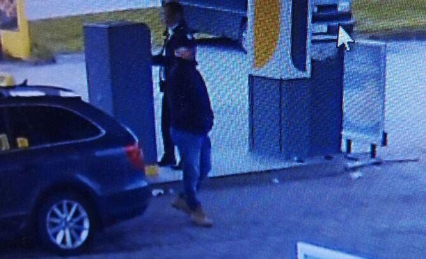 Kadonnut taksi valvontakamerakuvassa vasemmalla. Autoa tankattiin Vihannissa sunnuntaina.