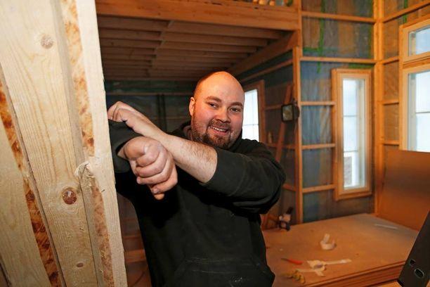 Jonne Rämö iloitsee, että talonrakennus etenee hyvään malliin. Vantaan Seutulassa on pysytty!