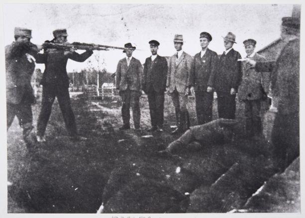 Juhlarahan mallina olleessa valokuvassa vuodelta 1918 on kuvattu valkoisia teloittamassa punaisia, mutta kyse on todennäköisesti propagandatarkoituksessa lavastetusta tilanteesta.