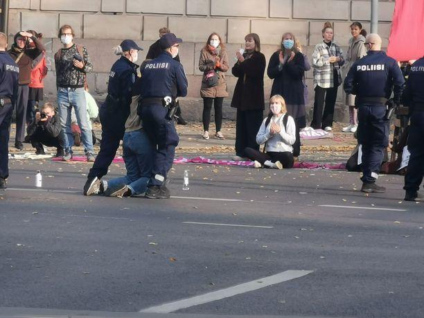 Kaasun käyttö ei johtanut mielenosoituksen hajoamiseen ainakaan kokonaan. Useita mielenosoittajia kannettiin poliisiautoihin perinteisellä tyylillä.