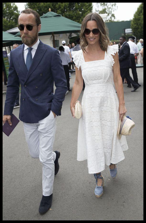 Pippa Middleton nähtiin torstaina Wimbledonissa valkoisessa kesämekossa ja espadrilloksissa. Pippa otti tällä kertaa seurakseen veljensä James Middletonin, joka oli sonnustautunut sisarensa asun kanssa yhteneväisesti valkoisiin housuihin.