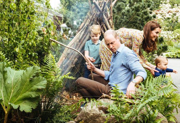 Prinssi Williamin perhe leikkii ulkona. Kuvasta puuttuu prinsessa Charlotte.