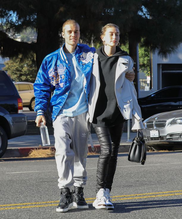 Justin Bieberi piti vaimostaan Hailey Baldwinista tiukasti kiinni