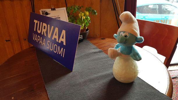 Sinisen tulevaisuuden vaalitilaisuuden pöydällä hymyilevän smurffin hymy ei hyydy, oli tulos mikä tahansa.