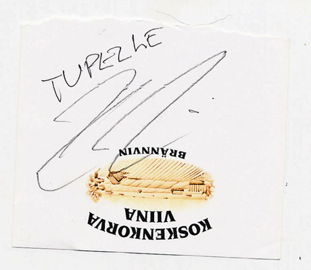 Kimi kirjoitti nimikirjoituksen.