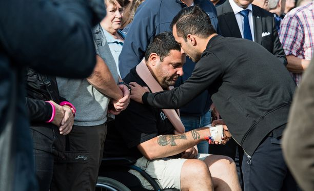 Tukholmassa asuva ensihoitaja Hassan Zubier sai puukosta käteensä. Hän oli sunnuntaina uhrien muistotilaisuudessa Kauppatorilla.