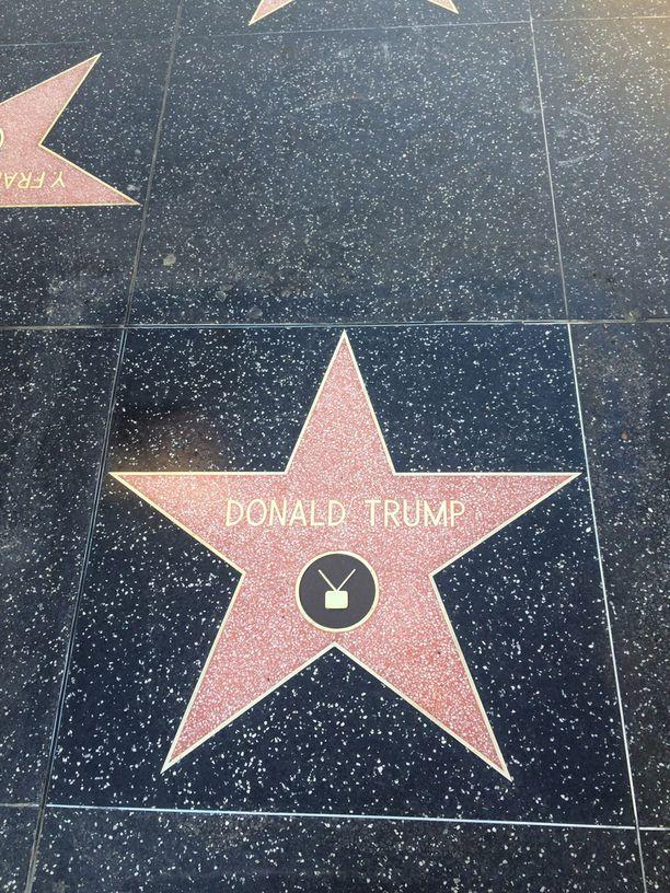 Trumpin tähti löytyy muiden nimekkäiden tähtien seasta.