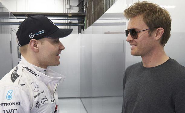 Valtteri Bottas (vas.) hyppäsi Nico Rosbergin paikalle Mercedeksellä.