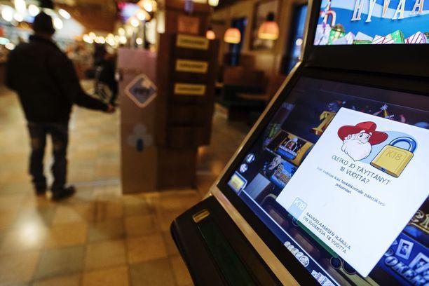Rahapelien haittoja voitaisiin asiantuntijoiden mielestä vähentää rajoittamalla rahapelikoneiden määrää ja tekemällä tunnistautumisesta pakollista.