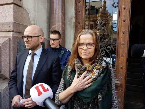 Tiukka paikka -kirjan tekoprosessin aikana palasimme useasti hetkeen, jolloin Päivi Nerg kohtasi mielenosoittajat sisäministeriön portailla huhtikuussa 2017.