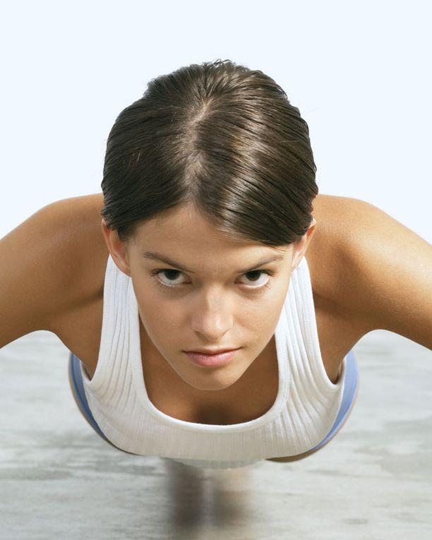 Tee etunojapunnerrus joko polvet lattiassa tai irti lattiasta.