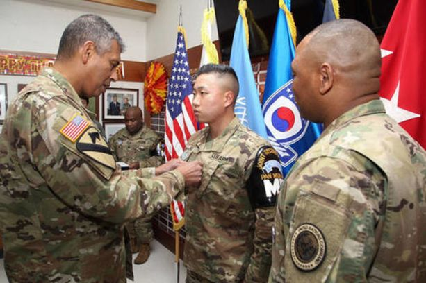 Eteläkorealaisia ja amerikkalaisia sotilaita palkittiin heidän toiminnastaan pohjoiskorealaisen loikkarin hyväksi.
