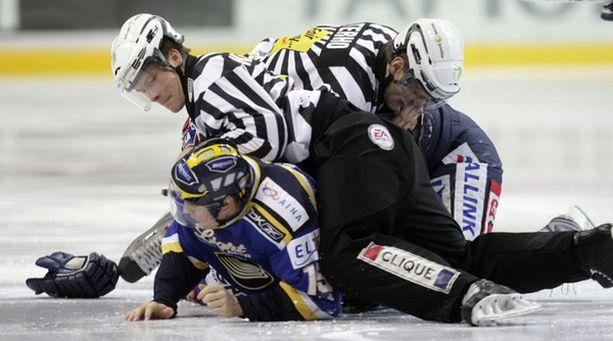 Patrik Lostedt hyökkäsi Ilkka Pikkaraisen kimppuun vain kolmen sekunnin jälkeen.