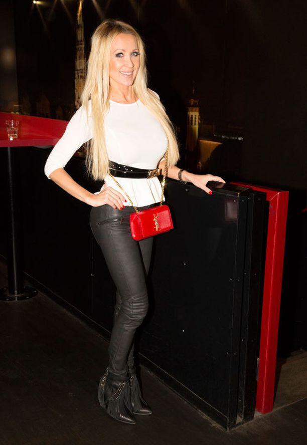 Vaateyrittäjä Susanna Penttilä lähtee parin viikon sisällä Pariisiin ja suuntaa hiihtolomalla perheensä ja Ronnie-rakkaansa kanssa Sveitsiin. - Lama-aikana on pakko keksiä uutta, joten järjestän nykyään yhdistettyjä shoppailu - ja meikkiopastusiltoja Make Up Storen kanssa, hän sanoi.